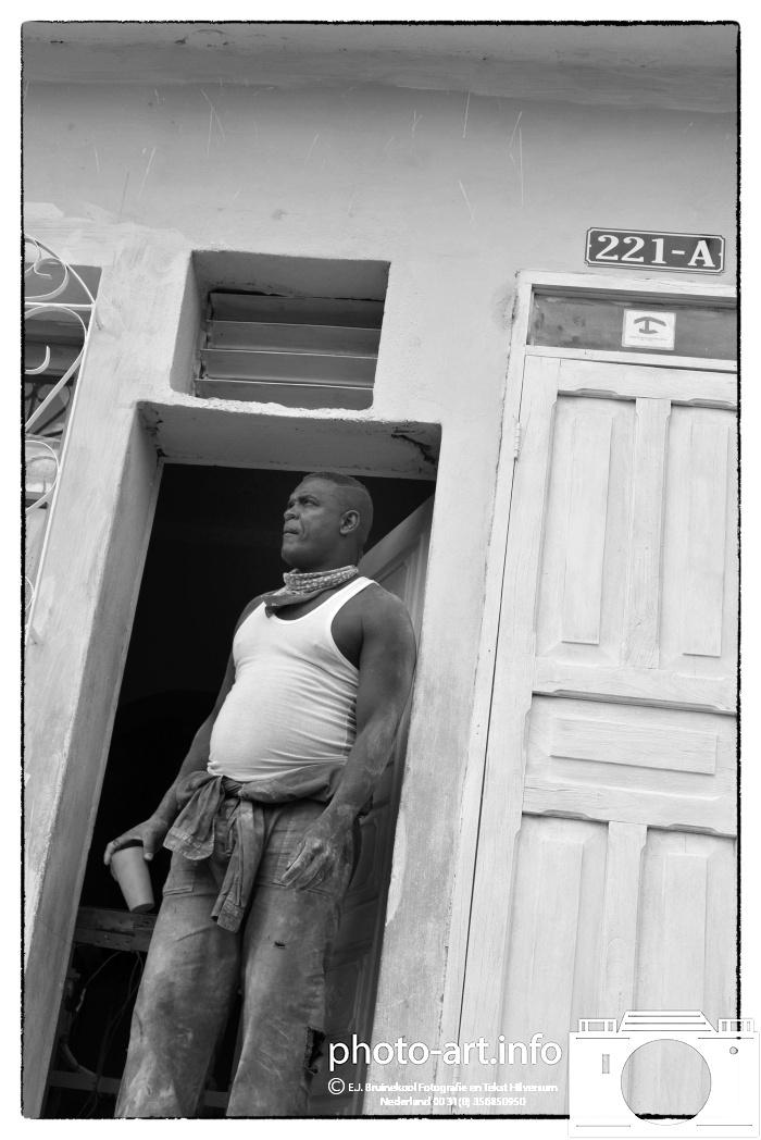 Trinidat Cuba arbeider klaar om aan het werk te gaan-Trinidad worker ready to go to work-E.J.Bruinekool Fotografie Hilversum  Copyright naamsvermelding verplicht lid NVJ. Berlagelaan 62, 1222JZ,  Hilversum, Nederland, tel. 31(0)356850950, fax. 31 356479199