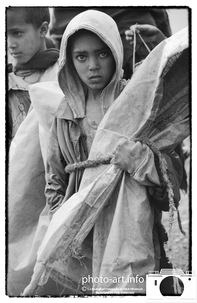 Ethiopie ethiopia Simiengebergte herder met regencape  Simien Mountains shepherd with rain capeE.J.Bruinekool Fotografie en Tekst Hilversum  Copyright company name mandatory