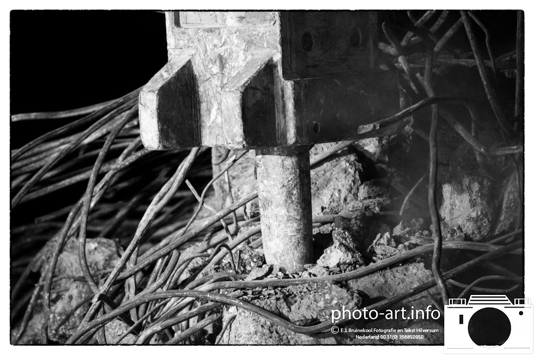 In opdracht van bouwcombinatie InfrA2 heeft Vlasman Betonbewerkings- en Slooptechnieken uit Alphen aan den Rijn afgelopen weekend het viaduct in de A2 nabij knooppunt Hintham gesloopt. vader (pneumatische hamer hitachi 650) en zoon Nieuwenhuizen (knipt snijd  betonijzer hitatci 255) met de Hitatachi E.J.Bruinekool Fotografie Hilversum  Copyright naamsvermelding verplicht lid NVJ. V.Kr.Veenlaan 32, 1222lz,  Hilversum, Nederland, tel. 31(0)356850950, fax. 31 356479199
