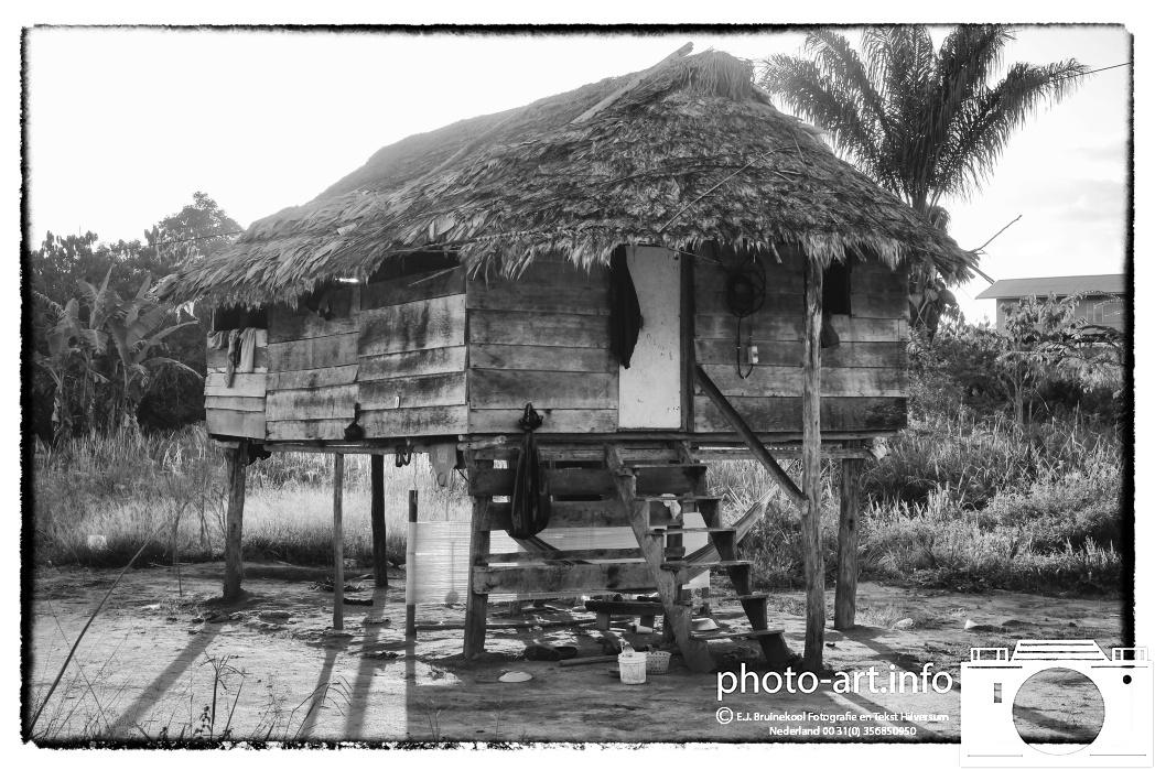 Suriname van 31/7 tot 20/8 2014 palumeu dorp kralen rijgen visgerij pijl en boog maken meisje vrouw dorpE.J.Bruinekool Fotografie Hilversum  Copyright naamsvermelding verplicht lid NVJ. Berlagelaan 62, 1222JZ,  Hilversum, Nederland, tel. 31(0)356850950, fax. 31 356479199 *** Local Caption *** info@ ejbruinekoolfotografie.com   www.ejbruinekoolfotografie.comVan toepassing zijnde leveringsvoorwaarden Algemene Voorwaarden Fotografenfederatie gedeponeerd  bij de  Arrondisements rechtbank Amsterdam onder nr84/2011. Worden op verzoek toegezonden. U kunt ze direct vinden door door te linken naar de internetsite