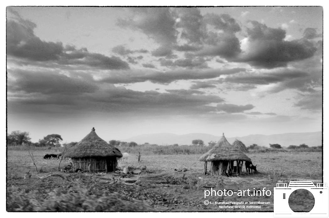 Jinka - Key Afar - Arba MinchNiet ver van Jinka ligt Key Afar. Het landschap wordt getypeerd door droge savannes mether en der termietenheuvels, acacia's en wat struikjes.   Ethiopie Not far from Jinka is Key Afar. The landscape is characterized by dry savannas withhere and termite hills, acacia and some bushesE.J.Bruinekool Fotografie en Tekst Hilversum  Copyright company name mandatory
