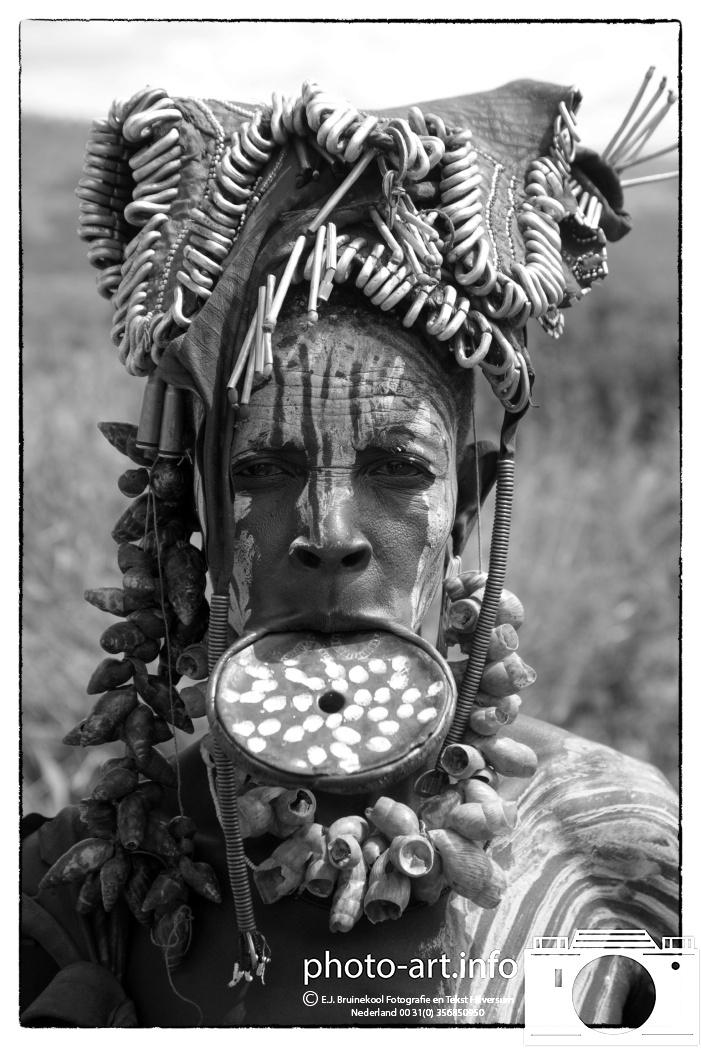 Ethiopie  Jinka het woongebied- van één van de meest interessante volken van Ethiopië: de Mursi. vrouwen hebben kleischotels in hun lippen Ethiopia Jinka the woongebied- one of the most interesting people of Ethiopia: Mursi. women have clay plates in their lips  E.J.Bruinekool Fotografie en Tekst Hilversum  Copyright company name mandatory