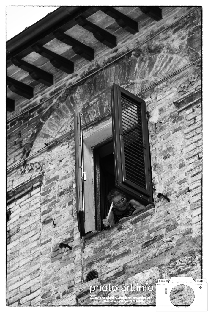 italie san gimano dorp met vele torensE.J.Bruinekool Fotografie Hilversum  Copyright naamsvermelding verplicht lid NVJ. Berlagelaan 62, 1222JZ,  Hilversum, Nederland, tel. 31(0)356850950, fax. 31 356479199