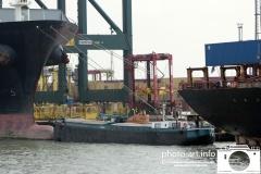 Antwerpen delwaidedok containerlossen zeevaart msc hometerminal er past een spits tussen de afgemeerde schepenE.J.Bruinekool Fotografie Hilversum  Copyright naamsvermelding verplicht lid NVJ. V.Kr.Veenlaan 32, 1222lz,  Hilversum, Nederland, tel. 31(0)356850950, fax. 31 356479199